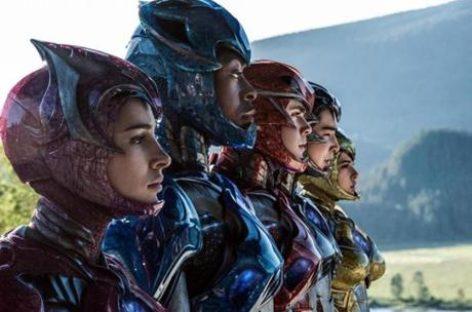 Elizabeth Banks takes the plunge at Power Rangers premiere