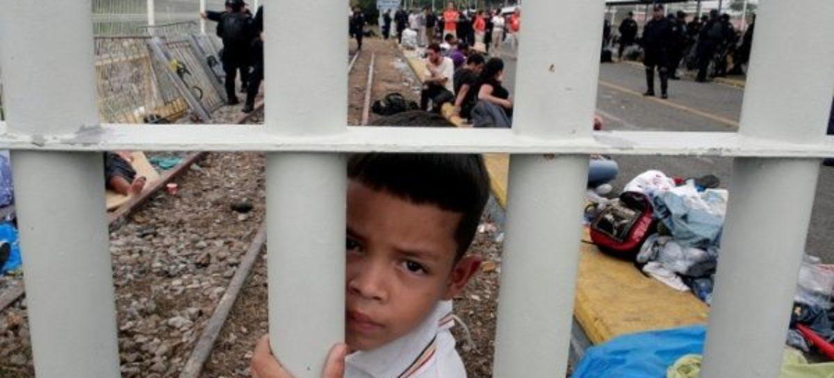 Migrant caravan swells to 5,000 resumes advance toward US